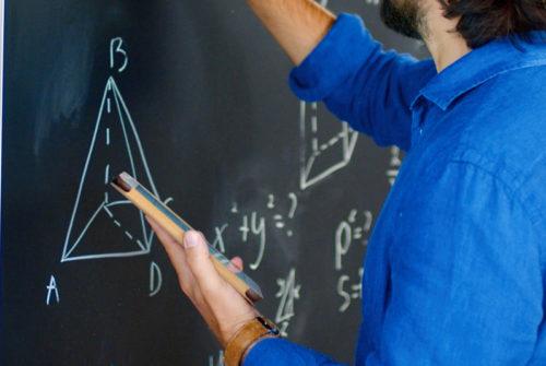 professeur_mathematiques_de_dos_tableau